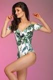 Schöner glücklicher Brunette, der im modernen Bikini aufwirft Sommerst. Stockbild