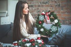 Schöner glücklicher lächelnder junger Florist Woman stockbild