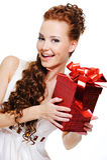 Schöner glücklicher weiblicher Blick heraus mit rotem Kasten Stockfoto