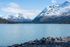 Schöner Glazial- See in Süd-Alaska mit majestätischem Schnee bedeckte Berge als Hintergrund mit einer Kappe stockbild