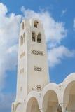 Schöner Glockenturm der Kathedrale des Lichtmesses vom Lord in der berühmten touristischen Fira-Stadt am sonnigen Tag des Sommers Stockfotografie