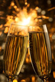 Schöner goldener Champagner mit Wunderkerzen - Vertikale Lizenzfreie Stockfotos