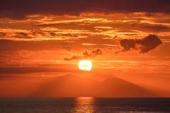 Schöner goldener orange Sonnenuntergang über dem Ozean Stockfoto