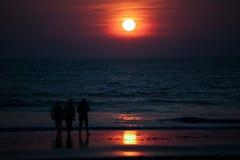 schöner goldener Sonnenuntergang auf dem Ozean in Indien Stockfoto