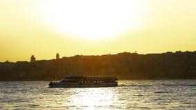 Schöner goldener Sonnenuntergang auf Meer mit Wellen stock footage