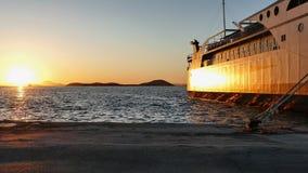 Schöner goldener Sonnenuntergang im Hafen von Igoumenitsa lizenzfreies stockfoto