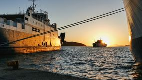 Schöner goldener Sonnenuntergang im Hafen von Igoumenitsa lizenzfreies stockbild