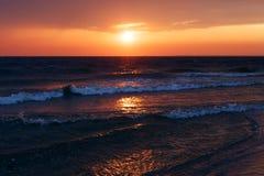 Schöner goldener Sonnenuntergang im Meer mit gesättigtem Himmel und Wolken Reflexion im Wasser Felsige Küstenlinie Ruhiger ruhige Lizenzfreie Stockfotografie