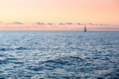 Schöner Goldsonnenuntergang mit einem Segelbootsegeln Sea Yacht Lizenzfreies Stockfoto