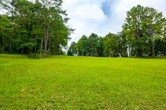 Schöner Golfplatz auf Himmelblau und -wolke Stockbild
