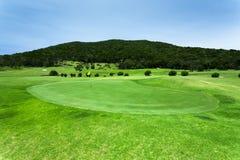 Schöner grüner Golfplatz Stockbilder