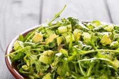 Schöner grüner Salat Paleo mit Gurke und Avocado auf dunklen Grey Wooden Background, horizontal Stockfoto