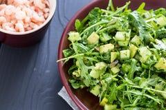 Schöner grüner Salat Paleo mit Gurke und Avocado auf dunklen Grey Wooden Background mit der Platte von Garnelen, horizontal, Naha Lizenzfreies Stockfoto