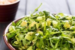 Schöner grüner Salat Paleo mit Gurke und Avocado auf dunklen Grey Wooden Background mit der Platte von Garnelen, horizontal, Naha Lizenzfreies Stockbild
