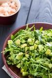 Schöner grüner Salat Paleo mit Gurke und Avocado auf dunklen Grey Wooden Background mit Platte von Garnelen, Vertikale, Nahaufnah Stockfoto