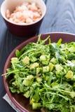 Schöner grüner Salat Paleo mit Gurke und Avocado auf dunklen Grey Wooden Background mit Platte von Garnelen, Vertikale, Nahaufnah Stockfotografie