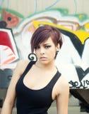 Schöner Graffitihintergrund der jungen Frau Lizenzfreie Stockfotografie