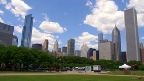 Schöner Grant Park mit einer Ansicht über die Skyline von Chicago - CHICAGO VEREINIGTE STAATEN - 11. JUNI 2019 stock video footage