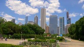 Schöner Grant Park mit einer Ansicht über die Skyline von Chicago - CHICAGO VEREINIGTE STAATEN - 11. JUNI 2019 stock footage