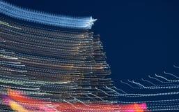 Schöner großartiger Baum des neuen Jahres mit Spuren des Lichtes, Nachtabstraktions-Feiertag, Weihnachten stockfotos