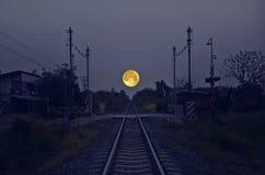 Schöner großer Mond über der Bahn Stockfotos