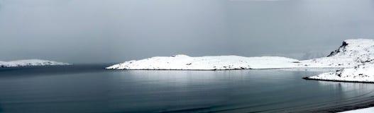 Schöner großer See, Wolken kriechen auf den Hügel Lizenzfreies Stockfoto