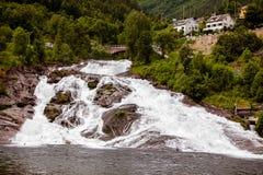 Schöner großer Wasserfall in Norwegen im wolkigen Wetter Lizenzfreie Stockfotos