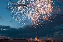 Schöner Gruß über Neva River in der Stadt von St Petersburg Lizenzfreie Stockbilder