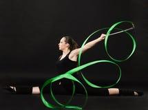 Schöner Gymnast mit grünem Farbband Stockfoto