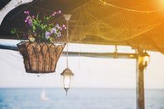 Schöner hängender Korb mit künstlichen Blumen Stockfotos