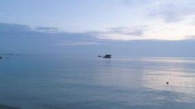 Schöner hölzerner Bungalow umgeben durch atemberaubendes Ozeanwasser schuß Betäubungsmeerblick mit blauem Himmel und kleines stock video footage