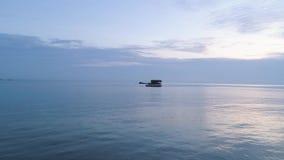 Schöner hölzerner Bungalow umgeben durch atemberaubendes Ozeanwasser schuß Betäubungsmeerblick mit blauem Himmel und kleines stock footage
