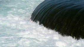Schöner haarscharfer Wasserfrühling stock footage