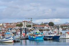 Schöner Hafen von San Juan de Luz auf der französischen Küste, in der bunte populäre Architektur die Boote trifft lizenzfreies stockbild