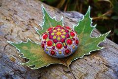 Schöner handgemalter Mandalafelsen stockbilder
