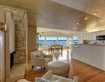 Schöner Hausinnenraum mit gemütlicher Sitzecke Stockfotos