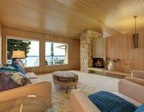 Schöner Hausinnenraum mit hölzerner Plankenordnung und -kamin Stockbilder