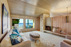 Schöner Hausinnenraum mit hölzerner Plankenordnung und -kamin Stockfotografie