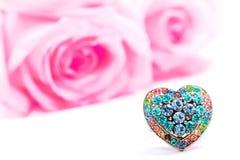 Schöner heart-shaped Ring und rosafarbene Rosen Stockbilder