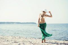 Schöner, heißer blonder tragender Hut, Bikini und grüne Seide Lizenzfreies Stockfoto