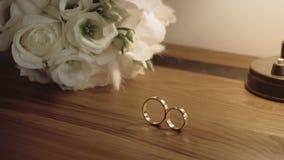 Schöner Heiratsblumenstrauß mit Goldringen, Brautzusätze, Zeitlupe stock footage