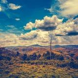 Schöner heller blauer Himmel mit bewölktem über Gebirgszug stockfotografie