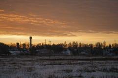 Schöner heller Sonnenaufgang des Morgens und des Winters im Januar Vorort und Feld bedeckten Schnee Stockbild