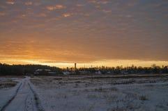 Schöner heller Sonnenaufgang des Morgens und des Winters im Januar Vorort und Feld bedeckten Schnee Lizenzfreie Stockbilder