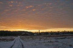 Schöner heller Sonnenaufgang des Morgens und des Winters im Januar Vorort und Feld bedeckten Schnee Lizenzfreies Stockbild