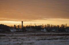 Schöner heller Sonnenaufgang des Morgens und des Winters im Januar Vorort und Feld bedeckten Schnee Stockfoto