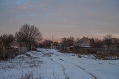Schöner heller Sonnenaufgang des Morgens und des Winters im Januar Vorort und Feld bedeckten Schnee Stockfotografie