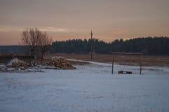 Schöner heller Sonnenaufgang des Morgens und des Winters im Januar Vorort und Feld bedeckten Schnee Stockfotos