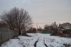 Schöner heller Sonnenaufgang des Morgens und des Winters im Januar Vorort und Feld bedeckten Schnee Stockbilder