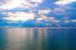 Schöner heller Sonnenaufgang im Ozean, die hellen Farben des Aufstands von Farben Lizenzfreies Stockfoto